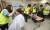 신화남 나눔봉사단원들이 회원들이 10일 부산 금정구장애인복지관에서 장애우를 대상으로 미용봉사를 하고 있다.송봉근 기자