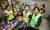 신화남 나눔봉사단장(앞줄 오른쪽 둘째)과 회원들이 10일 부산 금정구장애인복지관에서 장애우를 대상으로 미용봉사를 하고 있다.송봉근 기자