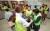 신화남 나눔봉사단장(맨 오른쪽)과 회원들이 10일 부산 금정구장애인복지관에서 장애우를 대상으로 미용봉사를 하고 있다.송봉근 기자