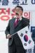 조원진 대한애국당 대표가 25일 오후 서울 영등포구 여의도 산업은행 인근에서 열린 '드루킹 댓글조작' 규탄 집회에서 발언하고 있다. 이들은 이날 집회를 통해 드루킹 댓글조작 사건 특검을 촉구하는 한편 현 정권의 퇴진을 요구했다. [뉴스1]