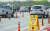 지난 4월 서울외곽순환고속도로 구리·남양주 톨게이트에서 한국도로공사와 경찰이 합동으로 상습 통행료 체납차량과 대포차를 단속하고 있다. [연합뉴스]