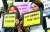 지난 14일 서울 마포구 서울서부지방법원 앞에서 안희정 성폭력 사건 공동대책위원회가 법원 판결에 항의하고 있다. [중앙포토]