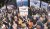 워런 버핏 회장이 이끄는 버크셔 해서웨이의 51회 정기주주총회가 지난해 4월 30일(현지시간) 미국 네브래스카주 오마하에서 열렸다. 버핏 회장(가운데 안경 쓴 사람)이 주총장에서 지난해 버크셔 해서웨이가 인수한 항공기 부품업체 '프리시전 캐스트파츠'의 전시관을 둘러보고 있다. [사진 중앙포토]
