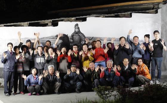 지난 16일 주민들이 마을회관 옆 대조영 벽화 앞에 모였다. 프리랜서 공정식