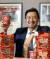 신세계푸드와 말레이시아 식품회사 마미더블데커의 합작회사인 신세계마미 CEO 뷔통팡이 서울 성수동 신세계푸드 본사에서 말레이시아 현지 히트상품인 대박라면을 들어보이고 있다. 최승식 기자