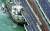 4일 초강력 태풍 '제비'로 인해 일본 오사카의 간사이 공항과 반대편 육지를 잇는 교량에 유조선이 부딪혀 크게 파손됐다. [AP=연합뉴스]