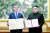 문재인 대통령과 김정은 북한 국무위원장이 평양정상회담 이틀째인 19일 백화원 영빈관에서 한반도 평화를 위한 '9월 평양공동선언문'에 서명을 마친 뒤 기념촬영을 하고 있다. [평양사진공동취재단]