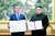 문재인 대통령과 김정은 국무위원장이 9월 19일 오전 평양 백화원 영빈관에서 평양공동선언문에 서명한 후 합의서를 들어보이고 있다. [평양사진공동취재단]