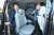 검찰 수사관들이 30일 오후 박병대 전 대법관의 서울 성균관대 사무실에 대한 압수수색을 마친 뒤 차량에 오르고 있다. 박 전 대법관은 일제 강제징용 재판 소송 지연에 관여한 의혹을 받고 있다. [뉴스1]