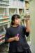 손채은 학생기자가 건조실에서 종자를 확인하고 있다.