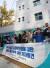 전국언론노조 KBS본부와 언론노조 관계자들이 지난 24일 서울지방경찰청 앞에서 KBS 진실과 미래위원회에 대한 경찰의 압수수색 시도를 규탄하는 기자회견을 갖고 있다. [사진 연합뉴스]