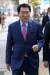 안상수 자유한국당 의원이 14일 오후 박근혜 전 대통령 등과 관련 가짜뉴스 생산 유포자 고발장'을 접수하기 위해 서울 서대문구 경찰청 민원실로 향하고 있다. [뉴스1]