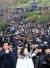 25일 오후 서울 성동구 한양대학교에서 열린 '2019학년도 수시모집 논술고사'를 마친 수험생과 학부모들이 시험 종료 후 시험장을 나서고 있다. [뉴스1]