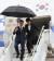 문재인 대통령과 부인 김정숙 여사가 지난 9월 23일 유엔 총회가 열리는 미국 뉴욕 JFK 국제공항에 도착해 트랩을 내려오고 있다. 비가 내렸고, 대통령 부부는 우산을 쓰고 미끄러운 트랩을 조심스럽게 내려왔다. [중앙포토]