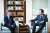 """제프리 삭스 미 컬럼비아대 교수(왼쪽)와 홍석현 한반도평화만들기 재단 이사장이 지난달 29일 북한 경제를 주제로 이야기하고 있다. 홍 이사장은 '9월 방북 때 북한의 경제개발 의지를 봤다""""고 말했다. [장진영 기자]"""