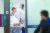 강릉 아산병원 의료진들이 18일 밤 펜션에 투숙했다 의식을 잃은 학생들을 고압산소치료를 마친 뒤 회복실로 옮기고 있다. 김상선 기자