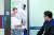 강원도 강릉에서 체험학습 중인 서울 대성고 3학년 남학생 10명이 18일 오후 숙박하던 펜션에서 의식이 없는 상태로 발견됐다. 일산화탄소 중독 증세를 보인 학생 중 3명은 숨지고 7명은 병원으로 옮겨져 치료를 받고 있다. 강릉 아산병원에서 고압산소 치료를 마친 한 학생이 의료진의 진찰을 받고 있다. [김상선 기자]