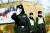 """캐나다 외교부는 '중국에서 교사로 일하던 캐나다 여성 세라 맥아이버가 비자 문제로 중국에 억류됐다""""고 발표했다. 지난 10일 전직 외교관 1명과 대북 사업가 1명이 구금된 후 이달 들어 세 번째다. 20일(현지시간) 중국 공안이 베이징에 위치한 캐나다 대사관 앞에서 사진기자들의 취재를 막고 있다. [로이터=연합뉴스]"""