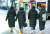 롱패딩을 입은 청소년들이 거리를 걷고 있다. [뉴스1]