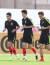 대한민국 아시안컵 축구대표팀 이용(왼쪽부터), 기성용, 구자철이 18일 오전(현지시간) 아랍에미리트연합(UAE) 두바이 NAS 스포츠 컴플렉스에서 훈련을 하고 있다. [뉴스1]