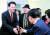 같은 날 오세훈 전 서울시장(왼쪽)이 강원도 원주시 단계동 당협사무실에서 열린 핵심 당원 합동 간담회에 참석해 당원들과 악수하고 있다. [뉴스1]