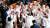 워싱턴 하원 회의장에 흰옷을 입고 참석한 민주당 여성 의원들이 사진을 찍고 있다. 흰옷은 여성 참정권 운동을 상징하는 동시에 여성 폄하 논란을 빚은 트럼프 대통령에게 항의하는 의미가 담겼다. [AFP=연합뉴스]