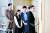 대한민국 상위 0.1%의 입시 현실을 그린 드라마 'SKY캐슬'의 한 장면. 한서진(염정아·오른쪽 둘째)은 딸을 서울대 의대에 합격시키기 위해 입시 코디 김주영(김서형·오른쪽)에게 매달린다. 드라마는 부모의 사회경제적 지위가 어떻게 자녀의 입시 결과에 영향을 미치는지를 밀도있게 그렸다. [사진 JTBC]