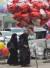 파키스탄 여성들이 13 일 라호르 (Lahore)에서 하트 모양의 밸런타인 데이 (Valentine 's Day) 기념품 앞을 지나고 있다. [AFP=연합뉴스]