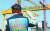 전국금속노동조합 대우조선지회 소속 한 조합원이 20일 경남 거제시 대우조선해양 본사에서 열린 동종업계 매각 반대 집회에 참석해 구호를 외치고 있다. 이날 집회에 참석한 1000여 명의 조합원은 '악질 현대' 등이 적힌 인형을 불태우는 화형식을 진행했고, 이달 말이나 다음달 초 총파업을 예고했다. [연합뉴스]