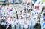 지난해 3월1일 제99주년 3.1절을 맞아 부산 시민들과 학생들이 부산 동래고등학교에서 동래시장 사이의 거리를 행진하며 만세운동을 재현하고 있다. [뉴스1]