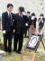 2008년 금강산 피격 사건으로 숨진 박왕자씨의 장례식 모습. 남편 방영민씨(왼쪽 둘째)와 아들 방재정씨(왼쪽)가 슬픔에 잠겨 있다. [중앙포토]