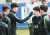 긴장을 풀어주기 위해 이강인의 얼굴을 만지며 장난을 치는 축구대표팀 주장 손흥민. [연합뉴스]