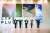 서울 여의도 63빌딩 로비에 선보인 한화금융 라이프플러스 브랜드 아이덴티티(BI) 앞에서 직원들이 포즈를 취하고 있다. '잘사는 삶이란 무엇인가'를 고객과 함께 고민하면서 금융 브랜드도 진화하고 있다. [사진 한화생명]