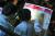 지난해 12월 8일 서울 송파구 잠실학생체육관에서 열린 '2018 진학사 정시 합격전략 설명회'를 찾은 수험생들이 입시전문가의 설명을 들으며 자료집을 살피고 있다. [뉴스1]