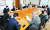 각계 전문가들로 구성된 '한일 비전 포럼' 2차 회의가 열려 한·일 역사 갈등과 강제 징용 문제 등의 해법을 논의했다. 정재정 서울시립대 명예교수(맨 왼쪽)가 주제 발표를 하고 있다. 왼쪽부터 시계 방향으로 정 명예교수, 이하경 중앙일보 주필, 위성락 전 러시아대사, 홍석현 한반도평화만들기 이사장, 구자열 LS그룹 회장, 조관자 서울대 교수, 이원덕 국민대 일본연구소장, 안호영 북한대학원대학 총장(전 주미대사), 장제국 동서대 총장, 최상용 고려대 명예교수(전 주일대사), 김윤 삼양홀딩스 회장(한일경제협회 회장), 김현철 서울대 교수(전 대통령 경제보좌관), 박철희 서울대 교수. [변선구 기자]