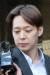 필로폰 투약 혐의로 구속된 가수 겸 배우 박유천(32) 씨가 3일 오전 경기도 수원시 영통구 수원남부경찰서에서 검찰 송치를 위해 호송 차량으로 이동하고 있다. [뉴스1]