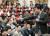 최태원 SK회장이 지난 1월 서울 종로구 SK서린빌딩에서 열린 '행복 토크'에서 구성원들과 행복키우기를 위한 작은 실천 방안들에 대해 토론하고 있다. [사진 SK]