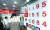 미·중 무역분쟁과 주요 선진국의 경기 부진, 외국인의 '셀코리아' 등으로 원화값이 2년 4개월 만에 최저 수준으로 떨어졌다. 19일 서울 명동의 환전소에서 관광객들이 환전하고 있다. [뉴스1]