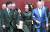 조지 W 부시 전 미국 대통령과 노무현 전 대통령 손녀 노서은, 아들 노건호(앞줄 오른쪽부터)씨가 23일 김해 봉하마을에서 추도식을 마친 뒤 행사장을 나서고 있다. [뉴스1]
