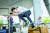 신유림 학생기자가 장애물을 뛰어넘는 스텝 볼트 동작을 연습하고 있다.