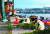 한국인 관광객들이 탑승한 유람선 '허블레아니'(헝가리어로 '인어')가 침몰한 헝가리 부다페스트 다뉴브강 머르기트 다리 앞에 31일(현지시간) 추모객 등 현지 주민과 관광객들이 놓아둔 촛불과 꽃이 사고 현장을 향해 놓여 있다.[연합뉴스]