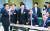 """황교안 자유한국당 대표(왼쪽)가 4일 오전 국회 의원회관에서 열린 '2020 경제대전환특별위원회 출범식'에 입장하고 있다. 황 대표는 이날 '국민들께서 체감할 수 있는 확실한 정책 대안 마련을 최우선 과제로 삼아 달라""""고 주문했다. 왼쪽 둘째부터 이원용·김영국·이종인 위원. [연합뉴스]"""
