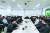 르노삼성 부산공장에서 공장의 현장 책임자들과 간담회를 진행 중인 로스 모조스 르노그룹 부회장(가운데). [사진 르노삼성차]