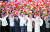 인공기와 오성홍기를 든 평양 시민들이 금수산태양궁전 광장으로 이동하는 시 주석을 환영하는 모습. [사진 CC-TV]