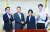 박용만 대한상공회의소 회장(왼쪽 둘째)이 15일 이의경 식품의약품안전처장(왼쪽 셋째)과 악수하고 있다. 이번 방문에는 공유주방 '위쿡'의 심플프로젝트컴퍼니 김기웅 대표(왼쪽), 일상건강식 개발 스타트업 '그래잇'의 양승만 대표(오른쪽) 등이 동행했다. [뉴시스]