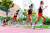 """'폭풍 질주' 동영상으로 스타가 된 양예빈은 '자만하지 않겠다. 당면 목표는 여 중 부 200, 400m 기록을 깨는 것""""이라고 했다. 양예빈의 스타트 동작을 연속촬영해 합성한 사진. 프리랜서 김성태"""