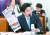 원유철 한국당 의원이 30일 국회 외통위 회의에서 중앙일보를 들고 질의하고 있다. 임현동 기자