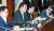 """이낙연 국무총리(왼쪽 둘째)가 8일 정부서울청사에서 열린 국정현안점검조정회의에서 '(일본이) 3대 수출규제 품목의 하나인 극자외선(EUV) 포토레지스트의 한국 수출을 처음으로 허가 했다""""고 확인했다. 왼쪽부터 유영민 과기부 장관, 이 총리, 박양우 문체부 장관. 최정동 기자"""