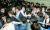 정양석 자유한국당 원내수석부대표를 비롯한 의원들과 보좌관들이 지난 4월 25일 오후 서울 여의도 국회 의안과 앞에서 여당의 공수처법 등 패스트트랙 지정 법안 제출을 저지하기위해 몸으로 막아서고 있다. [뉴스1]