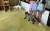 육식성인 여우의 활동공간 안에 들어가 여우를 관찰하는 어린이들. [어웨어, 휴메인벳 제공]